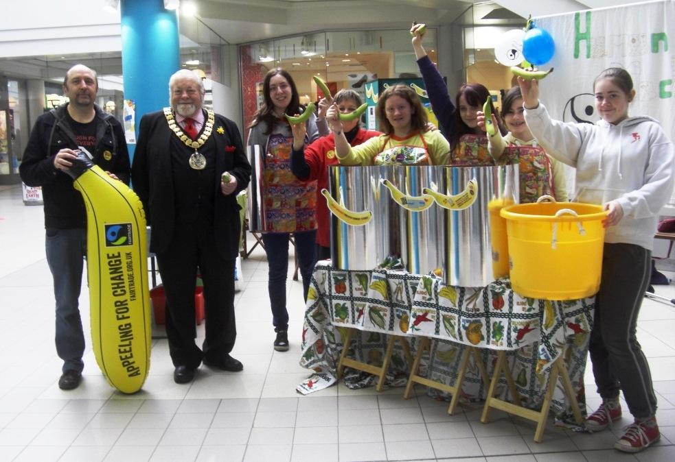 Mayor Howard Morgan, Will Davis, Jo Loney, and the girls of the wonderful Fairtrade Fruit Machine.